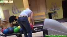 Блондинка делает минет в боулинге