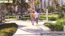 Подснял спортсменку на пляже и трахнул ее