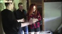 Рыженькую проститутку трахули в разваленном доме